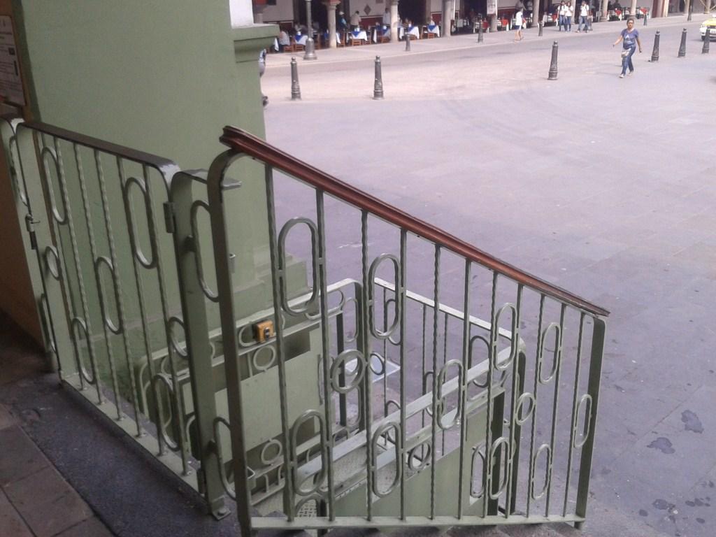 Continúa inhabilitado el elevador para discapacitados del palacio municipal