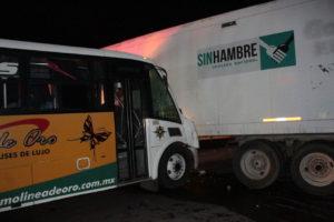 Autobús vs tráiler_ 15 lesionados en la federal Córdoba – Veracruz.