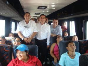 Autoridades municipales acudieron a despedir a las personas que van a trabajar a Kaltex
