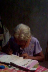 Doña Porfiria Xalamihua%2c a sus 77 años%2c estudia su primaria en Tepetlampa. (1)