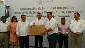 Recibe fiscal Marco Favio Zavala Quintero de Tierra Blanca material de computo para mejorar la calidad en el servicio.