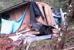 """Antes de la llegada de """"Earl"""", tres casas fueron tapadas por alud de tierra (2)"""