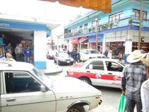 """Los presuntos Policías Federales venían a pedir la """"mochada"""" a los vendedores de discos piratas del mercado Juárez, cuando fueron intervenidos por la policía Local, lo que generó nervosismo entre la población."""
